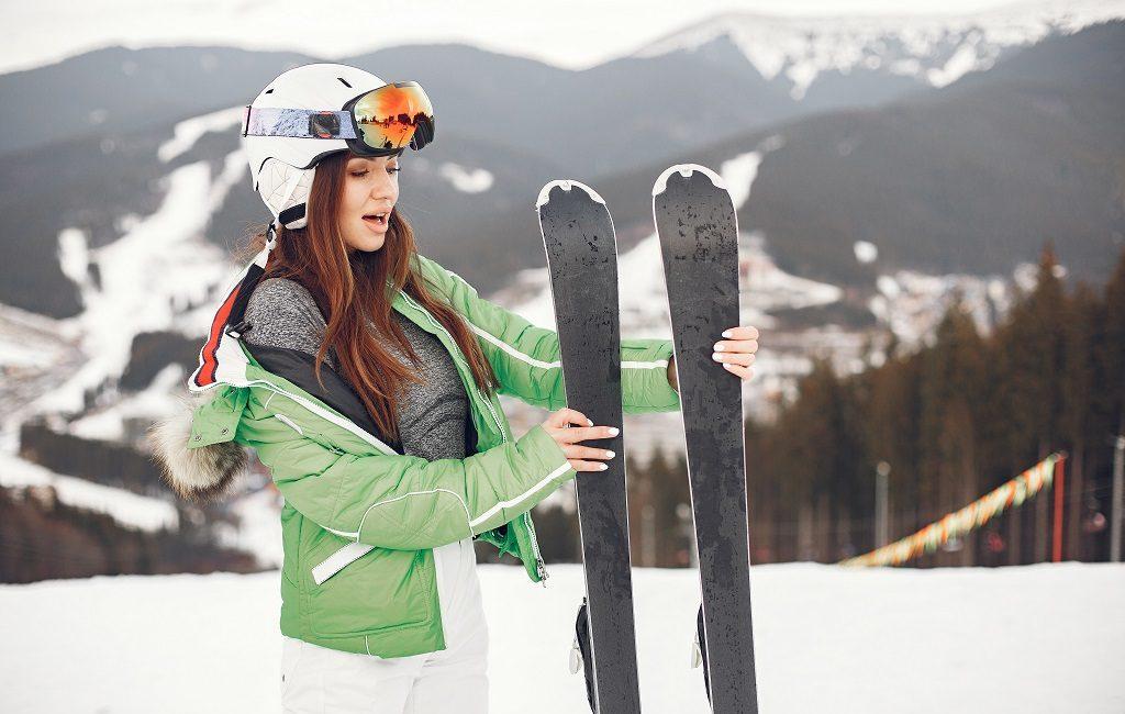 trucos para guardar los esquíes en el trastero